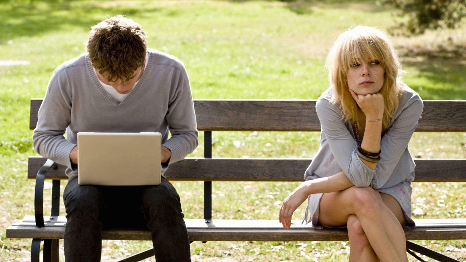 парень уделяет своей девушке мало внимания