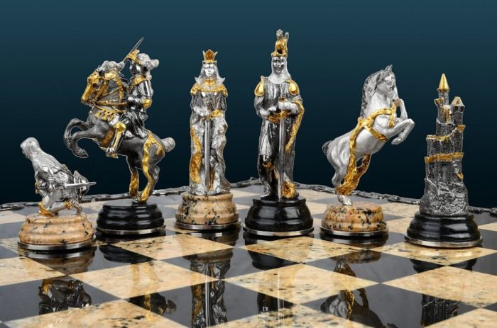 Шахматная доска с уникальными фигурами