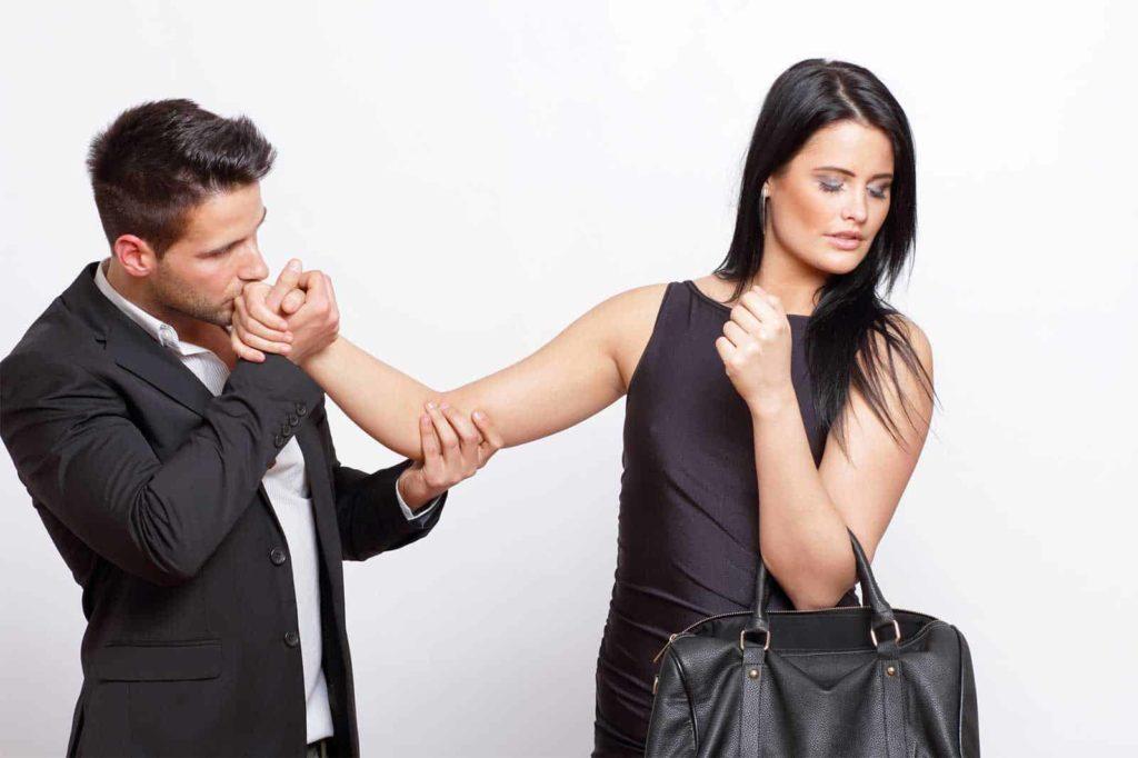Признаки равнодушия со стороны девушки