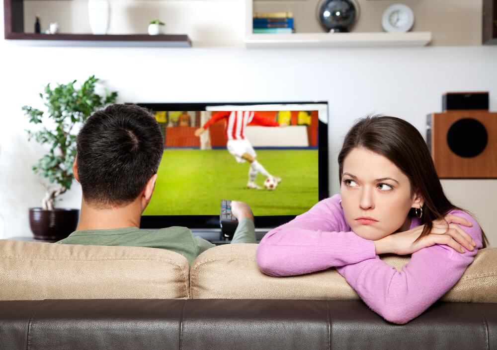 Муж не обращает внимания на жену