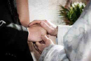 Помощь священника паре