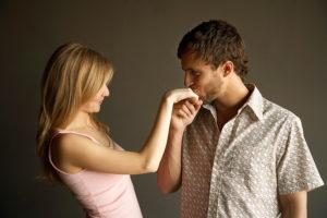 Парень целует руку девушке