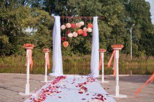 Свадебная арка с искусственными цветами