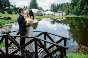 Жених и невеста на мостике
