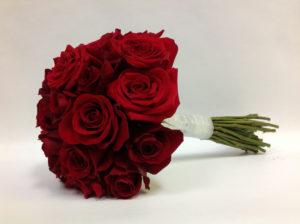 Свадебный букет из бордовых роз