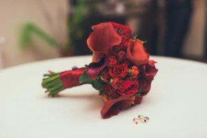 Свадебный букет с бордовыми цветами