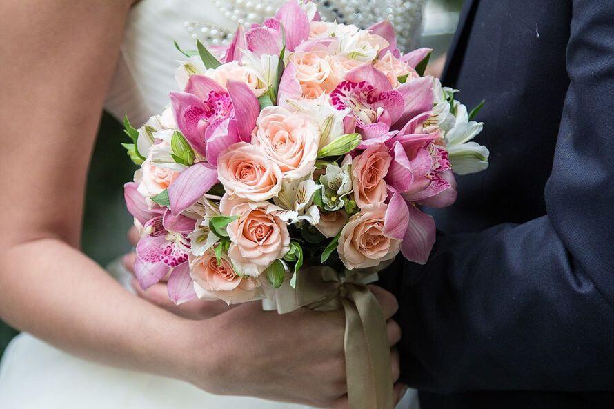 Альстромерия и розы в букете для невесты