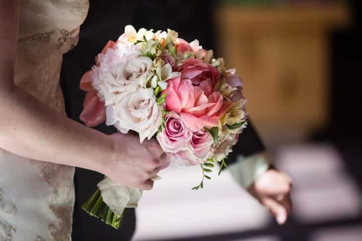 Букет невесты из роз и альстромерий