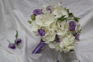 Свадебный букет из фрезий с эустомой