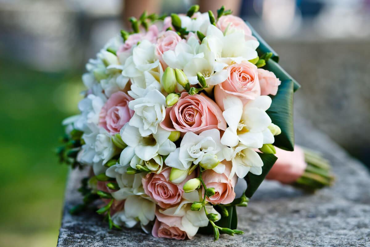 Букеты невесты из роз и фрезий