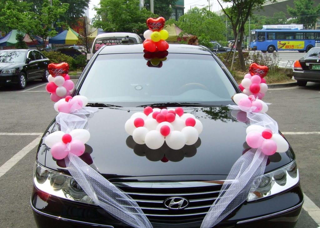 Украшение воздушными шарами свадебной машины
