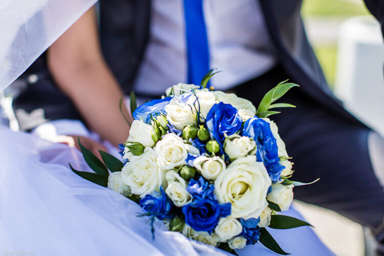 Свадебный бело-синий букет из роз