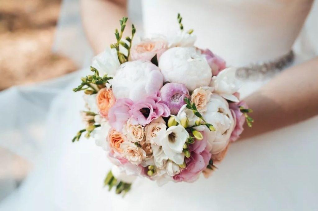Букет невесты из розовых пионов с фрезиями
